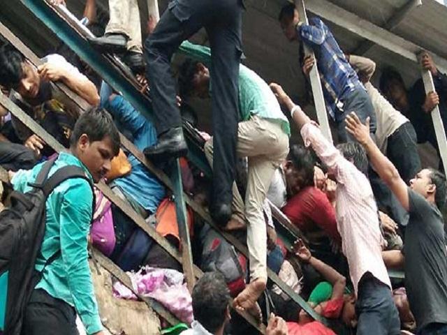 Estampida en estación de tren en Bombay dejó 22 muertos 1
