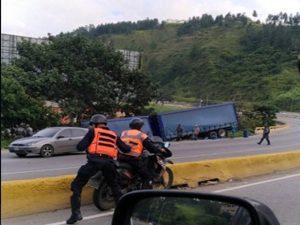 Saquearon camión de cervezas que se volteó en Tazón (+Fotos) 1