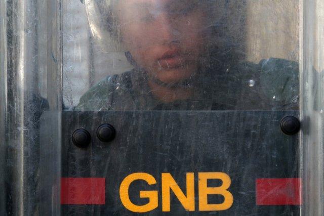 Un sargento de la GNB y dos oficiales aeroportuarias quedaron grabados martillando dólares 15