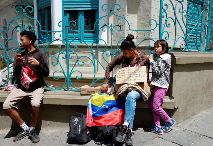 Aquí al menos comemos, dice venezolano mendigo en Bolivia 24