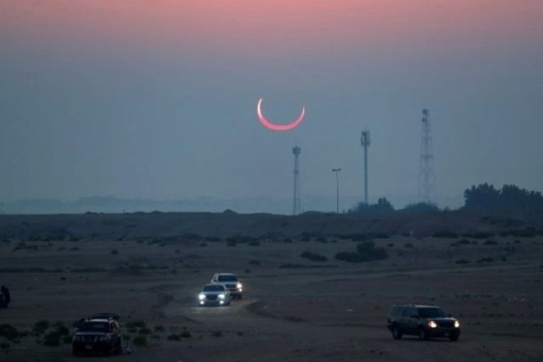"""El último eclipse solar de la década vuelve a impactarnos con el célebre fenómeno del """"anillo de fuego"""" (VIDEO) 1"""