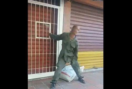 """GNB muestra su fanatismo """"rockeando"""" en las calles (VIDEO) 24"""