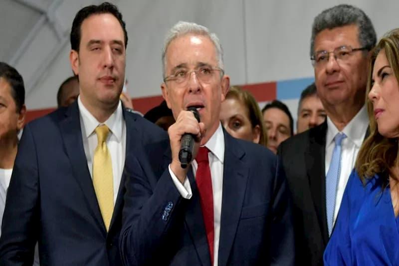 Alvaro Uribe contrató empresa de EE.UU para defender su imagen  (tweet) 1