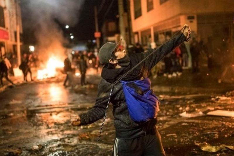 Al menos 5 muertos y 80 heridos es el saldo de las protestas violentas contra la brutalidad policial en Bogotá (fotos) 23