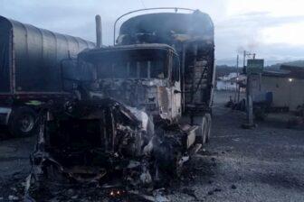 Dos tractomulas quemadas y un conductor lesionado en la vía Medellín a la costa 1