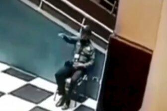 Capta a vigilante conversando con su amigo, sin saber que había muerto (video) 1