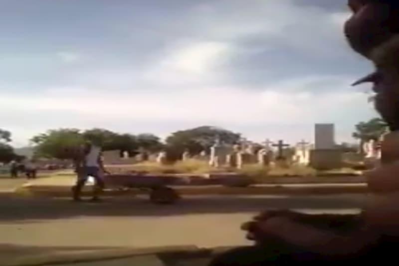 Movilizan un cadáver en una carretilla para darle sepultura (video) 2