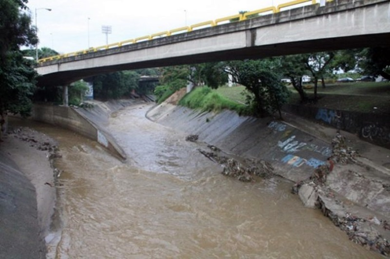 Hallan en el río Guaire un cadáver en avanzado estado de descomposición (Foto+Video) 2