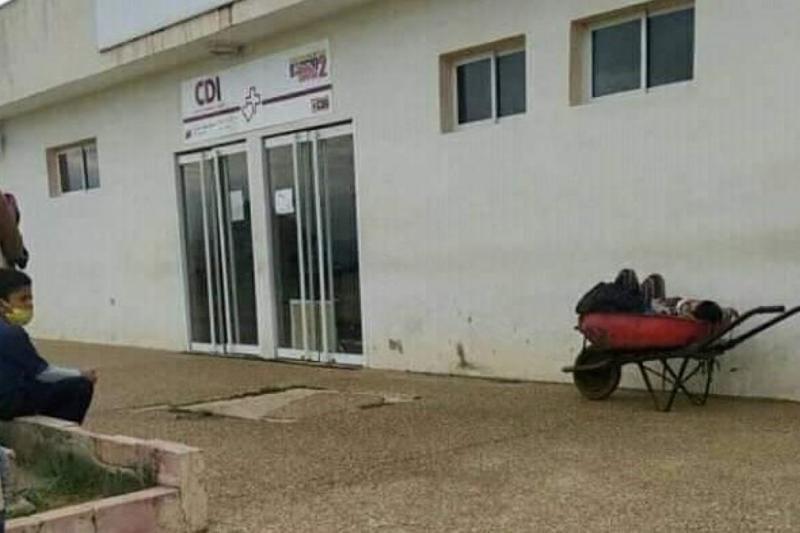 En carretilla trasladan a los pacientes en el estado Falcón 1