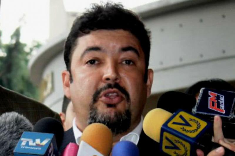 El momento en que el jefe del despacho de Guaidó es bajado del vuelo humanitario con destino a España (video) 9