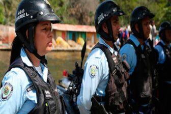 Destituyen a funcionaria de PoliBarcelona por bailar uniformada y armada en una fiesta callejera (Video) 1