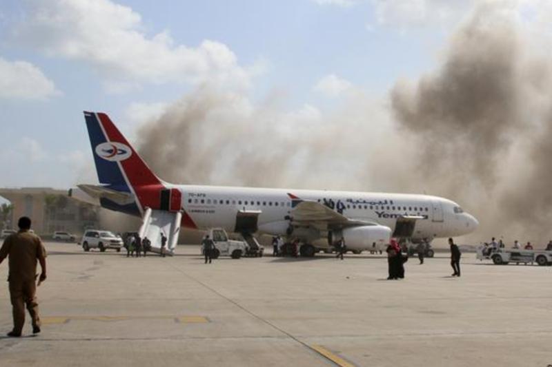 Reportan fuertes explosiones en un aeropuerto de Yemen (Video) 1
