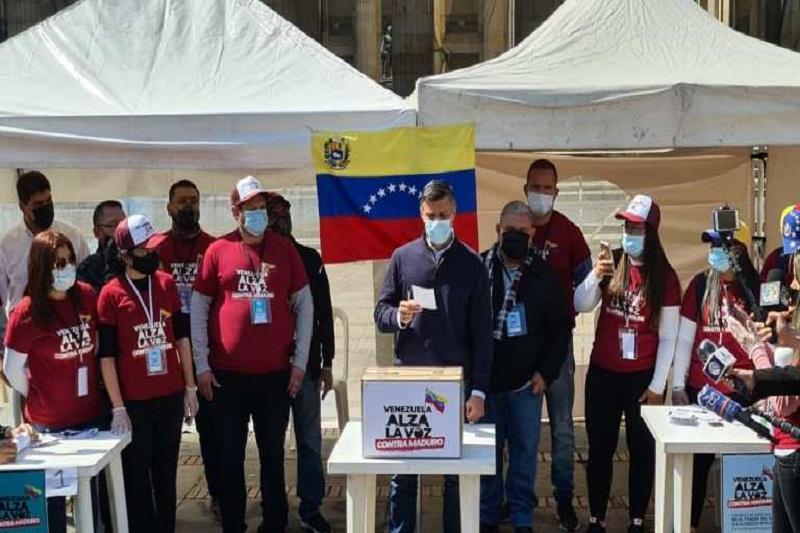 Leopoldo López emitió su voto en la Consulta Popular en la Plaza Bolívar de Bogotá 3