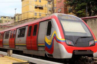 Desconcierto en el Metro de Caracas: Mujer cayó a las vías con una niña (Video)