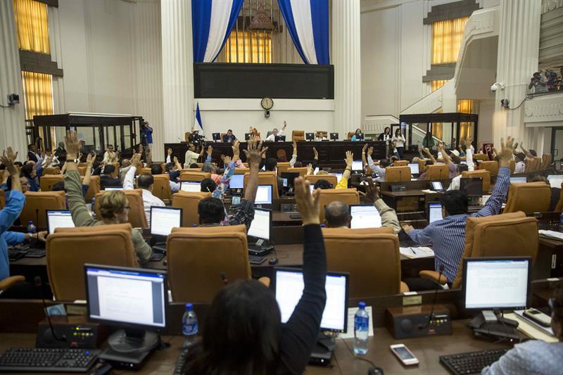 La trifulca en el Parlamento del Congo que acabó con la llegada de la policía (Video) 1