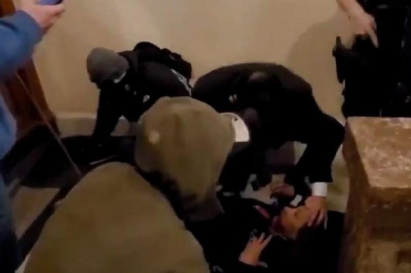 Registran el momento exacto cuando un policía dispara contra la veterana de la Fuerza Aérea que irrumpió en el Capitolio de EEUU (Video fuerte) 7