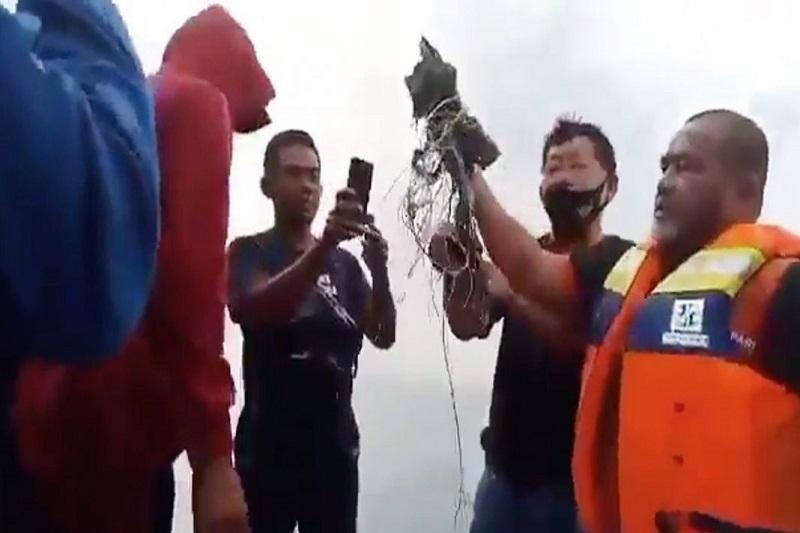 Hallan restos humanos y escombros del avión indonesio que se estrelló en la bahía de Yakarta (Video) 4