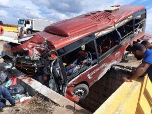 """Tres fallecidos y varios heridos en aparatoso accidente de autobús """"rojito"""" en Anzoátegui: se estrelló contra una barrera de concreto (Fotos) 5"""
