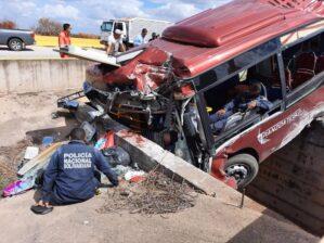 """Tres fallecidos y varios heridos en aparatoso accidente de autobús """"rojito"""" en Anzoátegui: se estrelló contra una barrera de concreto (Fotos) 4"""