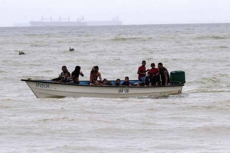 Hasta 1.000 dólares: lo que pagan los venezolanos para abordar un peñero que los lleve a las islas del Caribe 3