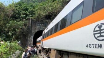 Decenas de muertos y heridos deja el descarrilamiento de un tren en Taiwán 1