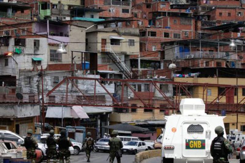 """Reportan nuevo enfrentamiento entre bandas en La Vega: """"Caminan por las calles con los fusiles en mano"""" (Videos) 2"""