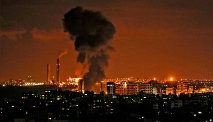 Nueva madrugada de extensos bombardeos israelíes en la Franja de Gaza 1