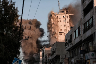 Periodista en vivo desde Gaza, observa cómo bomba tumba edificio 1