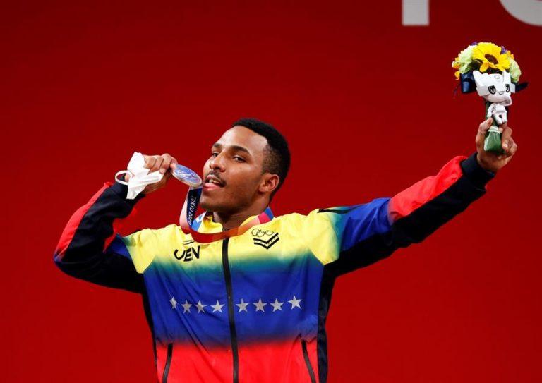 El atleta venezolano Julio Mayora dedica su medalla olímpica al fallecido presidente Hugo Chávez (Video) 2