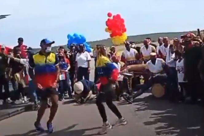 Atletas venezolanos celebraron su llegada a Venezuela bailando tambor (Video) 1
